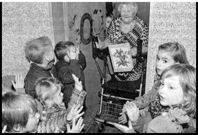 Kinder singen Franziska Mühlenbrock ein Ständchen