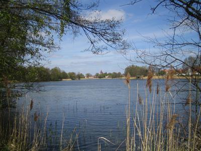 Blick über den See zur Kirche