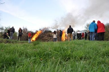 09 Das Osterfeuer brennt