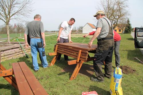 An vielen Stellen im Ort werden Bänke und Tische aufgestellt