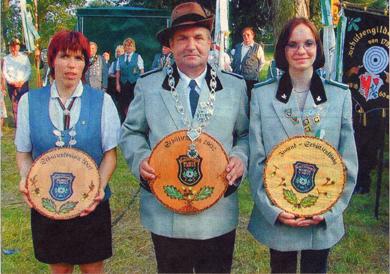 Königspaar und Jugendkönigin (rechts) 2002