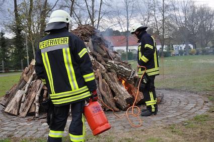 09 Professionell zünden die Kameraden das Feuer an