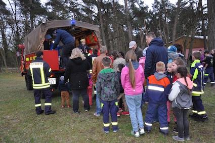 13 Die Warteschlange am Feuerwehrauto nahm kein Ende