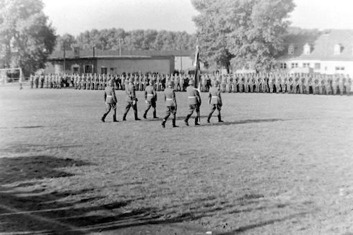 04 Aufmarsch mit Regimentsfahne