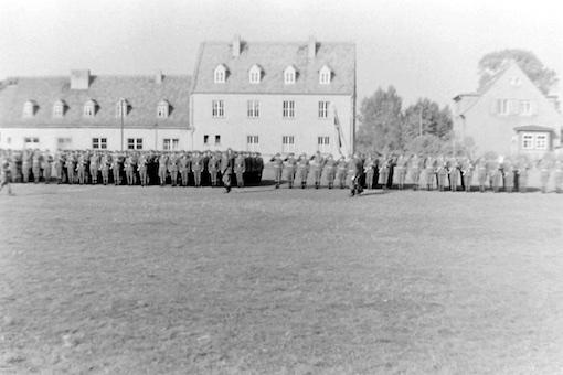 08 Vorbeimarsch mit Regimentsfahne